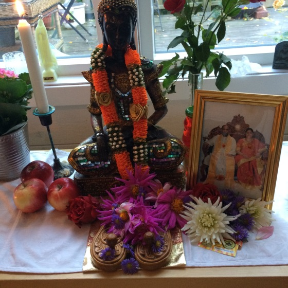 budda, padukas m blommor o sri murthi