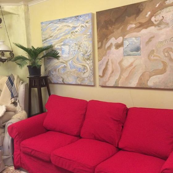 röd soffa o vattenbilder
