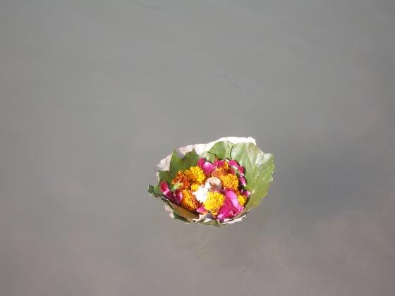 offrade blommor o ljus, på Ganges