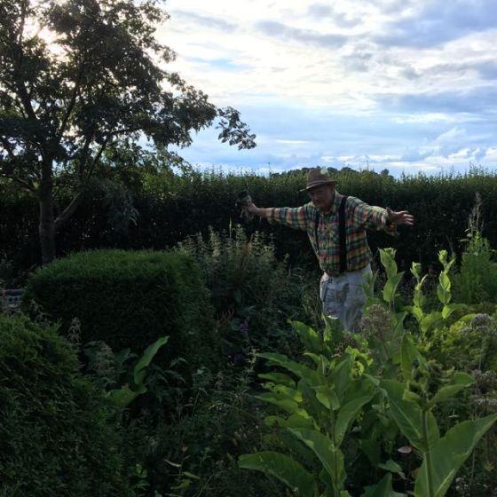 Rurik visar i trädgården