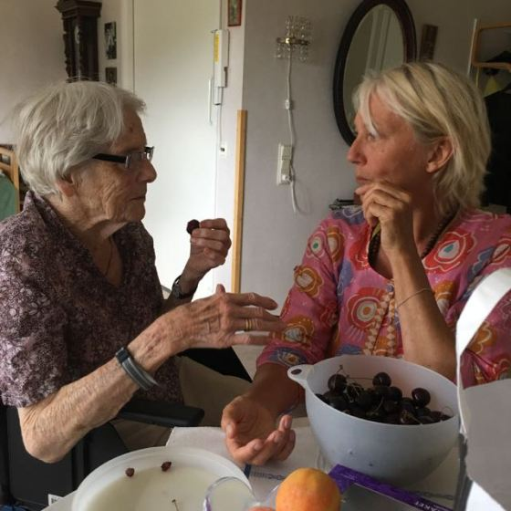 Alice och Ganga äter körsbär