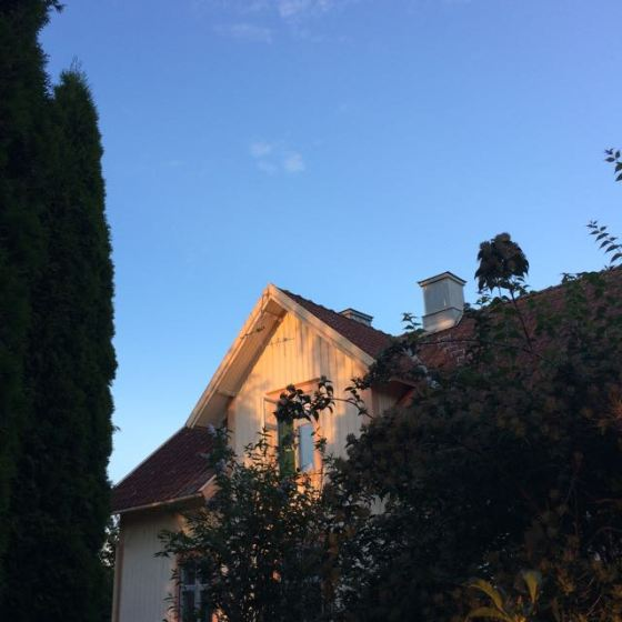 huset i kvälls sol