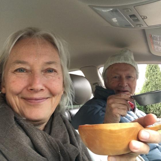 en kopp te i bilen