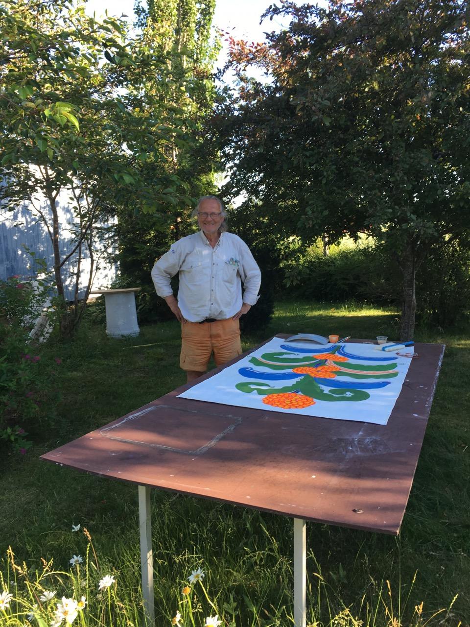 Rurik målar i trädgården