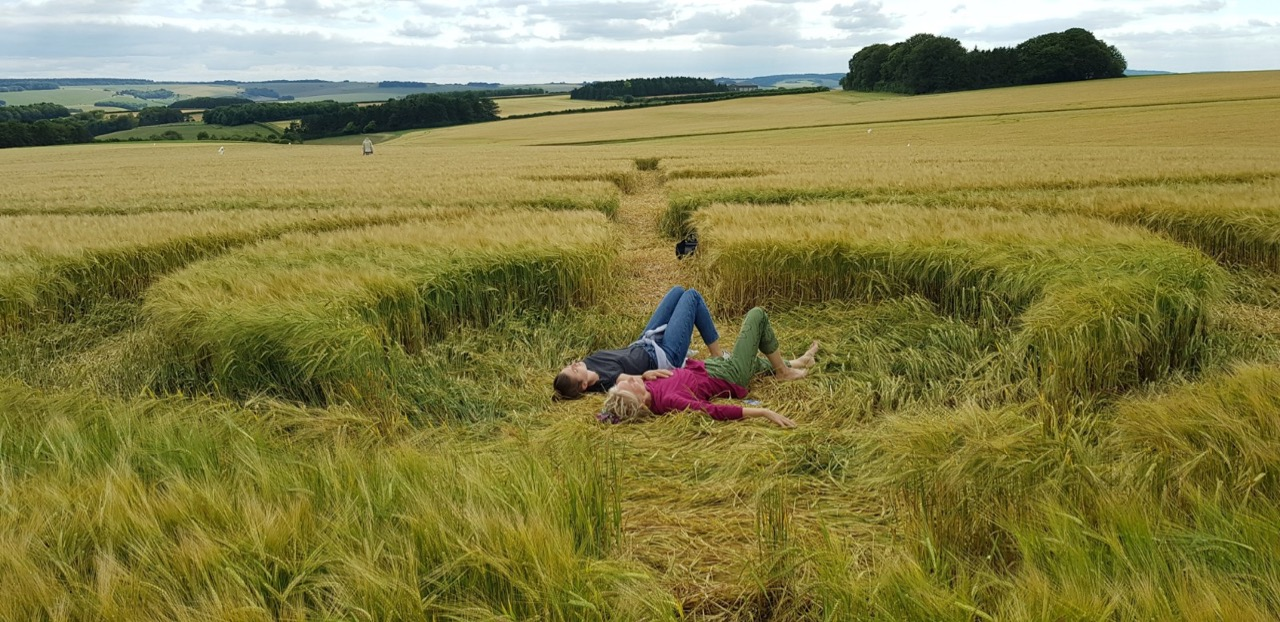 Ella och Ganga i Crop Cirkle, Wiltshire 2019