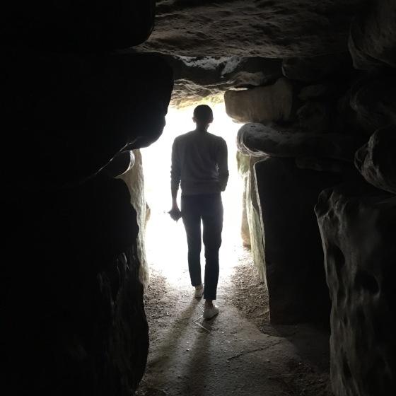 Ella på väg ut ur grottan