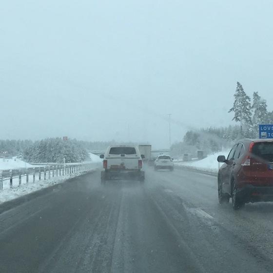 snöig väg