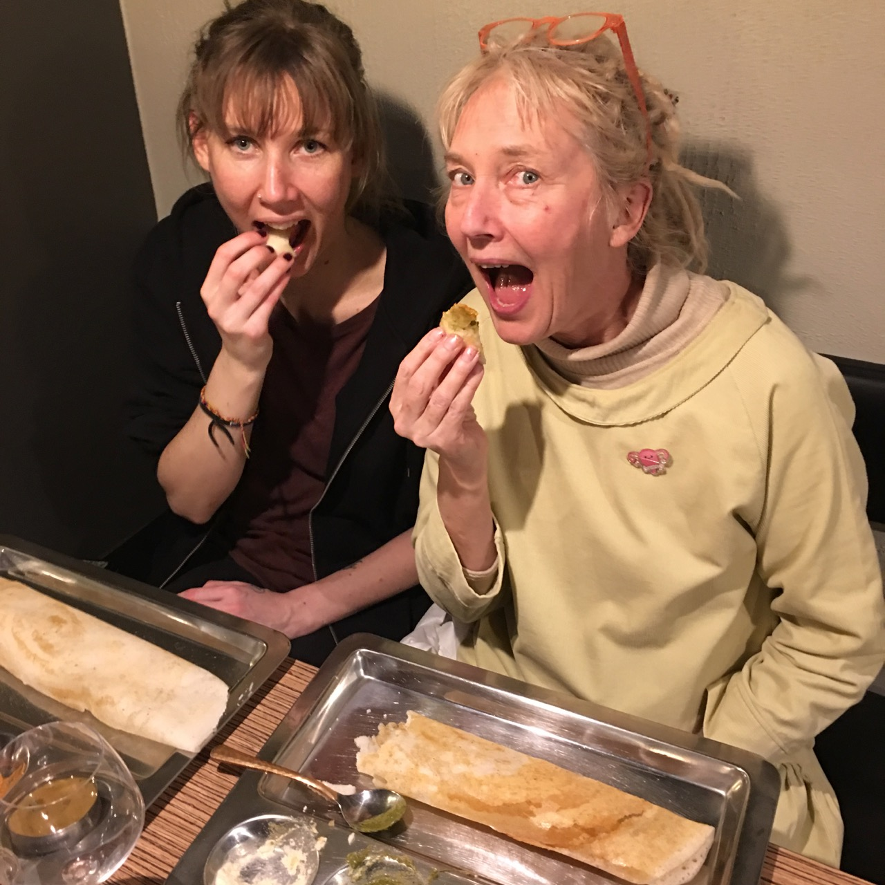 Siri och Ganga äter dosa